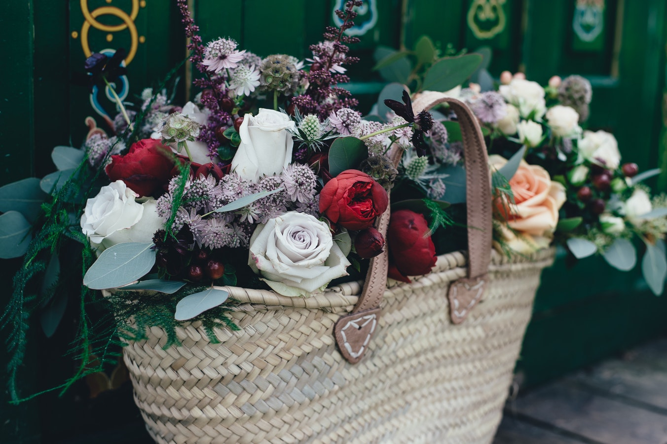 Why Online Flower Delivery Is A Wonderful Way To Surprise Close Ones